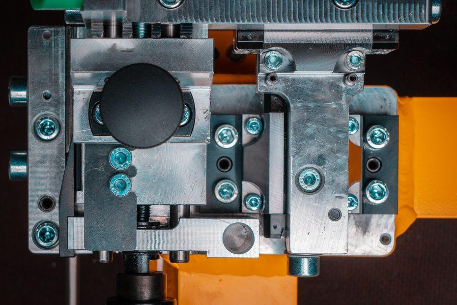 Ein Zusammenbau mehrere Teile aus verschiedenen Metallen, gefertigt von Zerspanungsmechanikern und Industriemechanikern